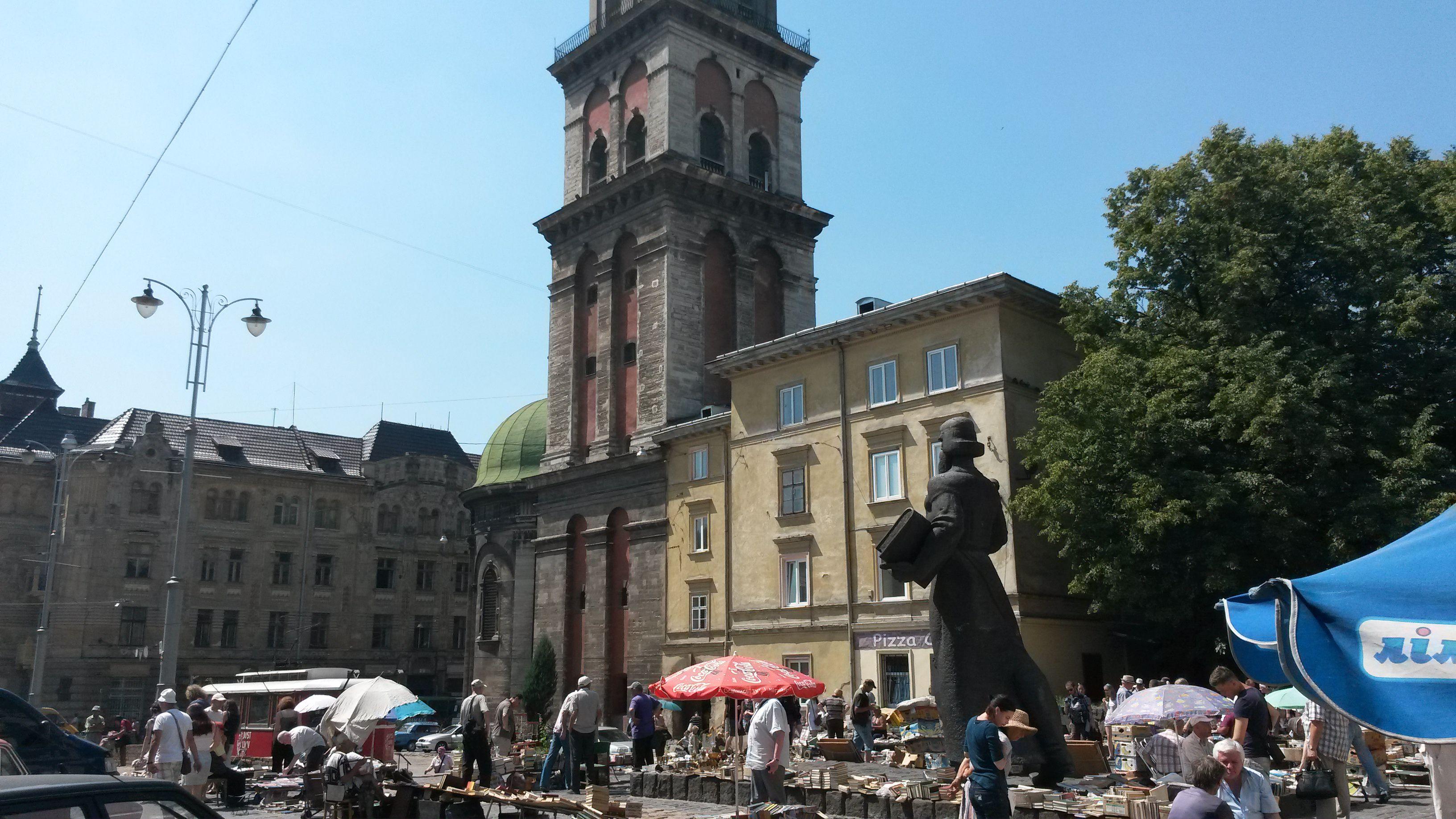 Arsenal'in hemen yanındaki küçük meydan, Lviv