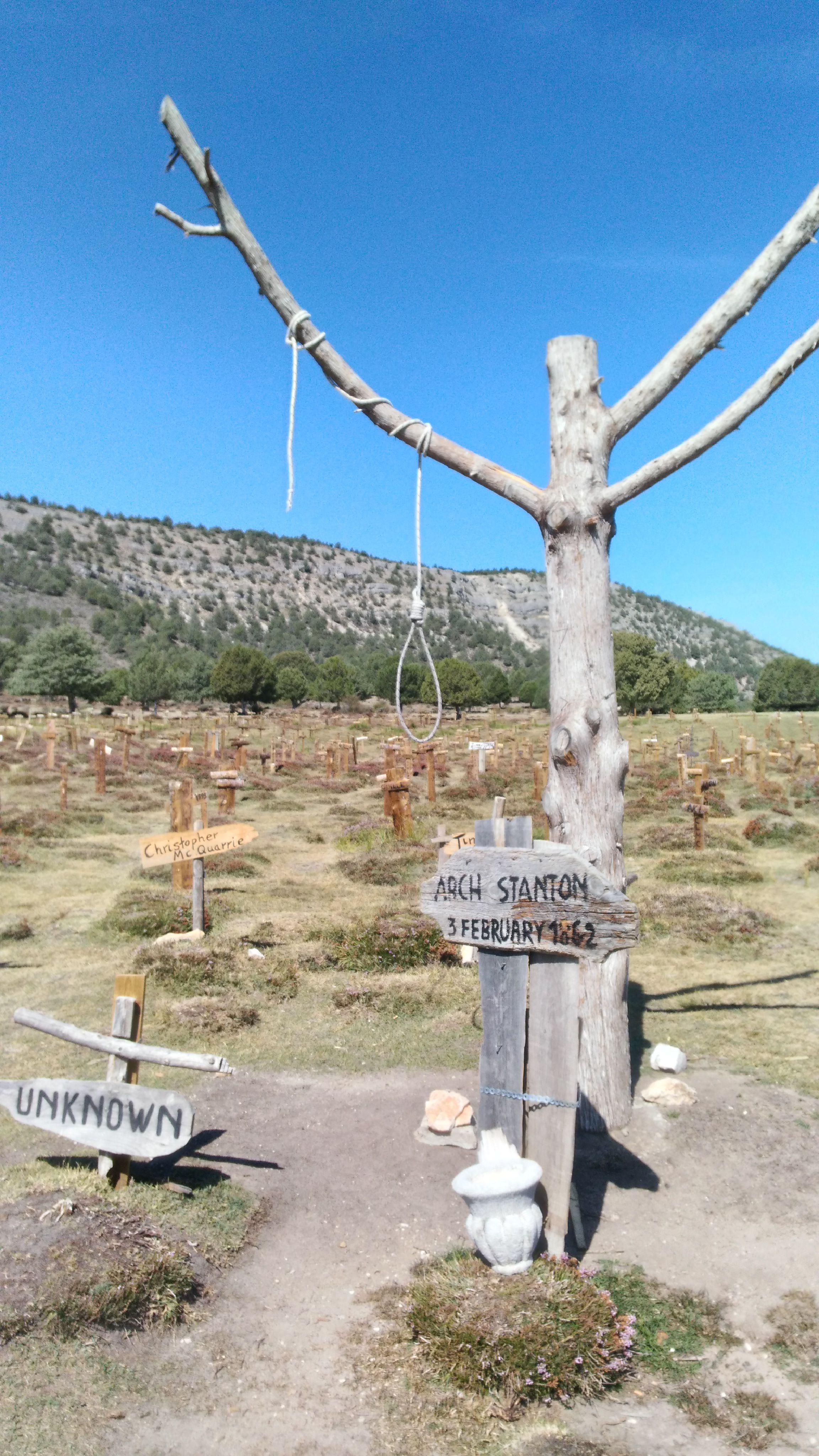 Arch Stanton'ın Mezarı ve darağacı